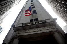La Bourse de New York a fini en petite hausse mardi, l'indice S&P-500 ayant fini à son plus haut niveau depuis fin juillet 2015, soutenue par les valeurs liées à l'énergie, tandis que la sous-performance du secteur de la santé a pesé sur le Nasdaq. /Photo d'archives/REUTERS/Eric Thayer