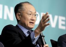 El Banco Mundial recortó el miércoles su estimación de crecimiento global a un 2,4 por ciento desde el 2,9 por ciento que proyectó en enero, debido a los bajos precios de las materias primas, una tibia demanda en las economías avanzadas, la debilidad del comercio y menores flujos de capital. En la imagen, el presidente del Banco Mundial, Jim Yong Kim, durante una reunión sobre desarrollo financiero en la cumbre de primavera del FMI y el Banco Mundial en Washington, EEUU, el 17 de abril de 2016.      REUTERS/Joshua Roberts