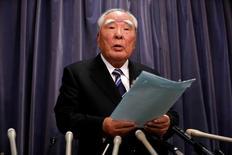 En la imagen, el patriarca de Suzuki Motor Osamu Suzuki habla durante una rueda de prensa en el Ministerio de Transporte, Turismo e Infraestructura en Tokio, Japón, el 31 de mayo de 2016. El patriarca de Suzuki renunció el miércoles a la presidencia ejecutiva de la automotriz japonesa tras casi cuatro décadas de gestión, después de que la compañía quedara sumida en un escándalo por pruebas sobre consumo de combustible de sus vehículos en las que se cometieron errores graves.  REUTERS/Issei Kato