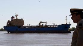 Нефтяной танкер под флагом Панамы в порту Росарио, Аргентина. Флотилия из 21 танкера из Европы, стран Карибского бассейна, Бразилии и США устремилась к Аргентине, увеличивающей импорт дизтоплива и сжиженного природного газа до рекордных уровней в этом году, согласно данным правительства и Рейтер. REUTERS/Enrique Marcarian