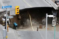 Dirt falls into a large sinkhole in Ottawa, Ontario, Canada, June 8, 2016. REUTERS/Chris Wattie