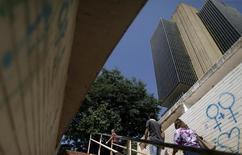 Gente camina fuera de la sede del Banco Central de Brasil en Brasilia. 9 de diciembre de 2015. El Banco Central de Brasil mantuvo el miércoles su tasa de interés referencial estable por séptima reunión consecutiva, resistiéndose a la presión para reducir los costos del crédito en medio de una recesión y en momentos en que la inflación se mantiene cerca de los dos dígitos. REUTERS/Ueslei Marcelino