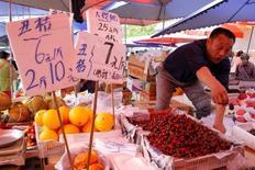 Las presiones deflacionarias que afrontan los productores de China cedieron en mayo, pero la inflación al consumidor se enfrió más que lo esperado, lo que sugiere que el banco central mantendrá una política expansiva en los próximos meses, sin apresurarse por bajar los tipos de interés. En la foto, un frutero en su puesto en un mercado en Pekín el 9 de mayo de 2016. REUTERS/Kim Kyung-Hoon