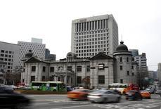 El banco central de Corea del Sur sorprendió al mercado el jueves con un recorte en sus tipos de interés a un mínimo histórico de un 1,25 por ciento, en momentos en que el Gobierno impulsa una revisión en los debilitados sectores del transporte marítimo y la construcción naval. En la imagen, el logo del Banco Central de Corea del Sur en un edificio de Seúl, el pasado 8 de marzo de 2016. REUTERS/Kim Hong-Ji