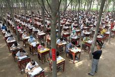 Учащиеся средней школы города Синьсян сдают финальный экзамен. Органы обеспечения общественной безопасности Китая объявили охоту на жульничающих во время экзаменов абитуриентов вплоть до отправки спецназа в экзаменационные центры.  REUTERS/Stringer