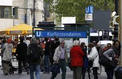 Las desigualdades de riqueza dentro de la zona euro son cada vez mayores, apoyadas por el aumento del precio de las propiedades que ha hecho a los alemanes más ricos mientras que ha dejado atrás a los habitantes de los países del sur, según un estudio reciente.  En la imagen, gente camina por el bulevar Kurfuerstendamm en Berlín, el 4 de mayo de 2011. REUTERS/Fabrizio Bensch