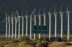 Ветроэлектростанции в Палм Спрингс, Калифорния, 9 февраля 2011 года. Бум на возобновляемую энергию заставляет Калифорнию отказываться от природного газа. REUTERS/Lucy Nicholson