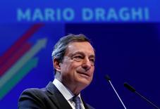 El presidente del BCE, Mario Draghi, da un discurso en el Foro Económico de Bruselas, en Bélgica. 9 de junio de 2016. Europa está en riesgo de sufrir un daño económico duradero por una productividad débil y un crecimiento bajo, advirtió el jueves el presidente del Banco Central Europeo, que remarcó su argumento de que la política monetaria por sí sola no puede poner fin a los problemas económicos del bloque. REUTERS/Francois Lenoir