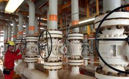 Платформа для добычи нефти на месторождении Соруш в Персидском заливе. Цены на нефть упали в четверг, поскольку инвесторы фиксировали прибыль после трёх сессий роста и подъема до максимумов 2016 года благодаря сокращению запасов в США и перебоям поставок. REUTERS/File Photo