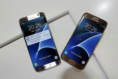 """Dos celulares Samsung exhibidos en el Mobile World Congress de Barcelona, el pasado 21 de febrero de 2016. El gigante de la tecnología Samsung Electronics dio la bienvenida al """"abrumador respaldo"""" del Gobierno de Estados Unidos y otras partes para revocar un fallo de una corte de apelaciones del país norteamericano favorable a su rival Apple, en el marco de una amarga disputa sobre patentes. REUTERS/Albert Gea"""