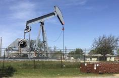 Una unidad de bombeo de crudo en Velma, EEUU, abr 7, 2016. Estados Unidos se jacta de tener las mayores reservas de petróleo de emergencia del mundo, pero aún así la habilidad del país de influir en los mercados petroleros globales mediante la liberación de crudo de esos depósitos ha mermado.   REUTERS/Luc Cohen