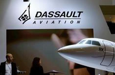 Dassault Aviatio est une des valeurs à suivre vendredi à la Bourse de Paris après l'anonce qu'Airbus avait engagé la cession de sa participation de 23,6% dans l'entreprise à travers un rachat d'actions par celle-ci, un placement privé accéléré ainsi que l'émission d'obligations échangeables en actions. /Photo prise le 24 mai 2016/REUTERS/Denis Balibouse