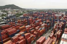 Unos contenedores almacenados en el puerto colombiano de Cartagena, mayo 14, 2012. La recaudación tributaria en Colombia subió un 3,1 por ciento entre enero y mayo a 57,3 billones de pesos (19.482 millones de dólares), en comparación con el mismo período de 2015, reveló el viernes la Dirección de Impuestos y Aduanas Nacionales (DIAN).  REUTERS/Joaquin Sarmiento
