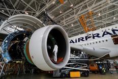 Un empleado trabaja en un Airbus A380 en un hangar de mantenimiento de Air France KLM en el aeropuerto Charles de Gaulle de París. 31 de mayo de 2016. Los pilotos de Air France comenzaron una huelga de cuatro días el sábado para reclamar por recortes salariales, lo que puede interferir con los planes de transporte de muchos fanáticos del fútbol en el segundo día de la Eurocopa. REUTERS/Philippe Wojazer