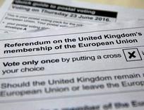 La rentabilidad de los bonos de los países periféricos del sur de Europa subía el lunes después de que una encuesta publicada el viernes mostró una ventaja de 10 puntos a favor de los que quieren que Reino Unido, la quinta mayor economía del mundo, salga de la Unión Europea. En la imagen, una papeleta para el voto por correo para el referéndum del 23 de junio sobre la permanencia del Reino Unido en la UE, tomada el 1 de junio de 2016.   REUTERS/Russell Boyce/Illustration/File Photo