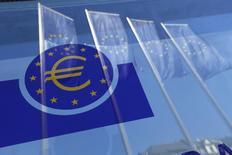 Banderas de la Unión Europea reflejadas en una ventana de la sede del BCE en Fráncfort, el 21 de abril de 2016. La caída de los precios del petróleo en los últimos dos años sumará menos de lo previsto al crecimiento global y el impacto general podría incluso ser negativo, dijo el lunes el Banco Central Europeo. REUTERS/Ralph Orlowski