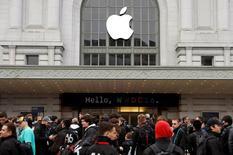Asistentes en la fila de ingreso a la Conferencia Mundial de Desarrolladores de Apple en San Francisco, jun 13, 2016.  Apple Inc presentaría el lunes nuevas prestaciones de su asistente digital Siri, en el estreno de las herramientas que permitirán a los desarrolladores trabajar con el programa de inteligencia artificial de la compañía. REUTERS/Stephen Lam