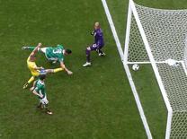 Ciaran Clark (camisa 3) da República da Irlanda, marca gol contra em partida diante da Suécia na Eurocopa, em Paris. 13/06/2016 REUTERS/John Sibley