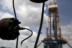 Una gota de crudo goteando desde una válvula en un pozo operado por PDVSA cerca de Morichal, Venezuela, abr 16, 2015. La estatal venezolana PDVSA descartó el lunes la posibilidad de alcanzar un acuerdo amistoso con la petrolera Petropar por el pago de una deuda de 287 millones de dólares que mantiene la paraguaya por la compra de crudo.  REUTERS/Carlos Garcia Rawlins/File Photo