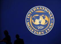 El logo del Fondo Monetario Internacional, durante una reunión en Tokio, Japón. 10 de octubre de 2012. La eventual salida de Reino Unido de la Unión Europea sumaría incertidumbre en tiempos de debilidad de la economía global, dijo el martes un funcionario del Fondo Monetario Internacional (FMI). REUTERS/Kim Kyung-Hoon