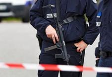 Policiais vistos em local de ataque em Magnanville, França.     14/06/2016       REUTERS/Christian Hartmann