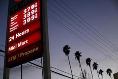 Una gasolinera 76 en Los Angeles, EEUU, feb 4, 2016. Las ventas minoristas en Estados Unidos crecieron con fuerza en mayo debido a que los estadounidenses adquirieron automóviles y una serie de otros productos, pese a que pagaron más por la gasolina, sugiriendo que el crecimiento económico está cobrando impulso a pesar de una desaceleración en la creación de empleos.  REUTERS/Mario Anzuoni/File Photo