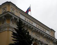 Штаб-квартира ЦБР в Москве. Инфляционные ожидания россиян в мае 2016 года снизились более существенно, чем в апреле, а ожидаемая инфляция на год вперед также заметно уменьшилась, но все еще остается на повышенном уровне, сообщил Банк России.  REUTERS/Sergei Karpukhin