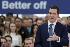 El ministro de Finanzas del Reino Unido, George Osborne, da un discurso en Chandler's Ford, Gran Bretaña. 23 de mayo de 2016. El ministro de Finanzas del Reino Unido, George Osborne, dijo el miércoles que introduciría un presupuesto de emergencia en el país si los británicos votan a favor de abandonar la Unión Europea la próxima semana, aunque 57 legisladores de su propio Partido Conservador indicaron que bloquearían la medida. REUTERS/Daniel Leal Olivas/Pool