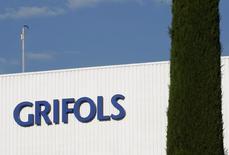 El fabricante de hemoderivados Grifols confía en completar en el horizonte de 2019 la compra de los centros de donación IBBI en Estados Unidos tras cerrar recientemente la adquisición de un 49 por ciento. En la imagen, el logotipo de Grifols en un laboratorio en Parets del Valles cerca de Barcelona, España, el 8 de junio de 2010. REUTERS/Gustau Nacarino