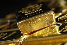 Золотые слитки на обогатительной фабрике в Вене. Золото немного снизилось с шестинедельного максимума предыдущей сессии в ожидании решения ФРС позднее в среду, хотя опасения по поводу предстоящего голосования о членстве Великобритании в ЕС поддерживают цены.  REUTERS/Leonhard Foeger