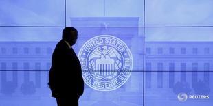 Las acciones estadounidenses abrieron el miércoles en alza, para poner fin a su racha de cuatro días consecutivos de pérdidas, ya que las bajas expectativas de que la Reserva Federal eleve sus tipos de interés ofrecían alivio a los inversores preocupados por la posible salida del Reino Unido de la Unión Europea. EN la imagen, un guardia de seguridad camina frente a una imagen del logo de la Reserva General en Washington, DC, el pasado 16 de marzo de 2016.  REUTERS/Kevin Lamarque