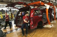 Fiat Chrysler assembly workers work on partially assembled minivans at the Windsor Assembly Plant in Windsor, Ontario, February 9, 2015. REUTERS/Rebecca Cook/File Photo - RTX2BO7X