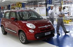 Fiat va réduire de près de 30% les effectifs de son usine en Serbie en y supprimant l'une des trois équipes qui produisent ses modèles 500L. Fiat Serbia, l'un des principaux exportateurs de la Serbie, emploie 3.100 personnes à son usine de Kragujevac dans le centre du pays. Chaque équipe se compose d'environ 900 ouvriers. /Photo d'archives/REUTERS/Ivan Milutinovic