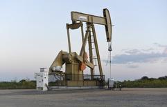 Una unidad de bombeo de crudo operada por Devon en Oklahoma City, EEUU, sep 15, 2015. Los precios del petróleo cayeron el miércoles por quinta sesión sucesiva, en su peor racha bajista desde febrero, por temores a una posible salida de Reino Unido de la Unión Europea y luego de que la Reserva Federal reiteró sus planes de subir las tasas de interés dos veces este año.   REUTERS/Nick Oxford