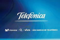 La Comisión Nacional de los Mercados y la Competencia (CNMC) dijo el jueves que ha abierto un expediente sancionador contra Telefónica por el posible incumplimiento de las normas establecidas para el alquiler de líneas telefónicas. Imagen del logo de Telefonica durante su junta de accionistas en Madrid el 12 de mayo de 2016. REUTERS/Sergio Perez