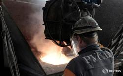 Рабочий на алюминиевом заводе Русала в Красноярске. Промышленное производство РФ в мае 2016 года выросло на 0,7 процента в годовом выражении, сократившись по сравнению с предыдущим месяцем с исключением сезонного и календарного факторов на 0,3 процента, сообщил Росстат. REUTERS/Ilya Naymushin/File Photo
