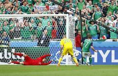 Игрок сборной Северной Ирландии Ниэлл Макгинн (справа) забивает гол в ворота команды Украины в матче чемпионата Европы в Лионе 16 июня 2016 года. Сборная Украины по футболу потерпела второе поражение кряду на чемпионате Европы во Франции, уступив команде Северной Ирландии со счетом 0-2. REUTERS/Jason Cairnduff
