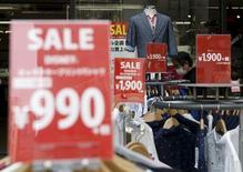 """Le gouvernement japonais n'a pas modifié son diagnostic de la situation économique ce mois-ci, estimant toujours que l'économie poursuit une reprise """"à un rythme modéré"""", mais il observe que les prix de détail augmentent à une cadence plus lente, alors qu'il déclarait en mai qu'ils augmentaient progressivement. /Photo d'archives/REUTERS/Yuya Shino"""