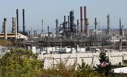 Chevron et Royal Dutch Shell mettent en vente de petites raffineries, réduisant leurs actifs à faible marge dans un contexte de remontée des cours pétroliers. Selon le consultant Stratas Advisors, Chevron, Shell, BP et Exxon Mobil ont vendu ces trois dernières années des capacités de raffinage américaines représentant plus d'un million de barils par jour (bpj). /Photo d'archives/REUTERS/Robert Galbraith