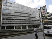 El laboratorio farmacéutico Almirall anunció el viernes que está buscando un nuevo vicepresidente financiero (CFO) ya que Daniel Martínez abandonará la compañía a finales de julio de 2016. En la imagen, una mujer espera el autobús frente a la sede de Almirall en Barcelona, el 3 de septiembre de 2008.  REUTERS/Gustau Nacarino