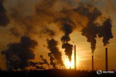 Дым поднимается над трубами завода в Ачинске 5 февраля 2007 года. Российский президент Владимир Путин поставил задачу вернуть экономике, пребывающей в рецессии, темпы роста не менее 4 процентов в год, но не уточнил в какой перспективе. REUTERS/Ilya Naymushin