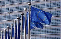 Флаги ЕС рядом со штаб-квартирой Еврокомиссии в Брюсселе. Европейский союз продлил срок действия санкций в отношении аннексированного Россией Крыма до 23 июня 2017 года. REUTERS/Francois Lenoir