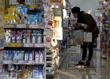 Una mujer mira los productos en una farmacia en Tokio, Japón. 28 de marzo de 2016. El Gobierno de Japón mantuvo sin cambios su evaluación de la economía este mes, pero advirtió que los precios al consumidor están aumentando a un ritmo más lento, lo que genera más dudas sobre el esfuerzo de tres años de las autoridades para dejar atrás la deflación. REUTERS/Yuya Shino
