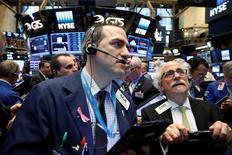 Тредйеры на Уолл-стрит. Падение акций Apple отправило основные фондовые индексы США вниз в начале торгов пятницы, даже несмотря на то, что участники рынка сохраняют осторожность из-за опасений за рост мировой экономики и перед надвигающимся референдумом по вопросу членства Великобритании в Евросоюзе. REUTERS/Brendan McDermid