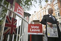 El futuro del Reino Unido y la Unión Europea se decidirá en las próximas semanas en función del resultado del referéndum británico sobre su permanencia o no en el bloque. Diplomáticos y funcionarios dan su opinión. En la imagen, un simpatizante del movimiento por la salida de la UE en Londres, el pasado 28 de mayo. REUTERS/Neil Hall