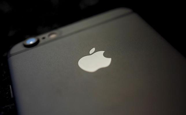 6月17日、米アップルは、スマートフォン「iPhone6」「6プラス」は現在も、中国で販売中と説明した。写真はiPhone6。独ハーナウで4月撮影(2016年 ロイター/Kai Pfaffenbach/File Photo)