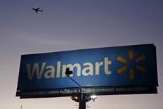 Wal-Mart a cédé sa filiale chinoise de commerce électronique Yihaodian au groupe local JD.com en échange d'une participation de 5% au capital de ce dernier, une alliance stratégique sur laquelle le distributeur américain compte pour développer sa présence en Chine. L'accord conclu entre les deux distributeurs prévoit que JD.com émettra environ 145 millions d'actions nouvelles destinées à Wal-Mart, représentant une somme de l'ordre de 1,5 milliard de dollars (1,33 milliard d'euros) à son cours actuel. /Photo d'archives/REUTERS/Edgard Garrido