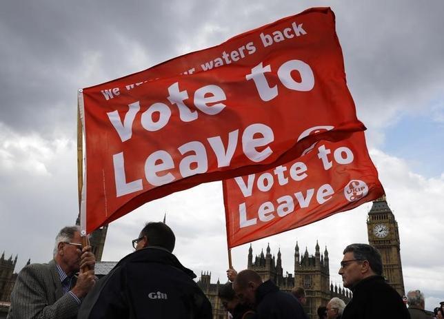 6月19日、英国民が23日にEU離脱を選べば、欧州の歴史は逆回転を始めるかもしれない。写真は離脱を支持するバナーを掲げる人々。ロンドンで15日撮影(2016年 ロイター/Stefan Wermuth)