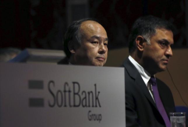 6月21日、ソフトバンクグループは、ニケシュ・アローラ副社長(写真右)が退任すると発表した。左は孫正義社長、都内で2015年11月撮影(2016年 ロイター/Toru Hanai)