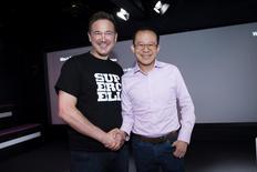 El presidente de la compañía finlandesa de videojuegos Supercell, Ilkka Paananen, se da la mano con Martin Lau, presidente de Tencent, durante una reunión con la prensa en la sede de Supercell, en Helsinki, Finlandia. 21 de junio de 2016. Tencent, la empresa más grande de videojuegos y redes sociales de China, dijo el martes que comprará la mayor parte de la empresa finesa de videojuegos para teléfonos móviles Supercell a SoftBank Group Corp y otros accionistas, en un acuerdo valorado en unos 8.600 millones de dólares. Lehtikuva/Seppo Samuli/via REUTERS